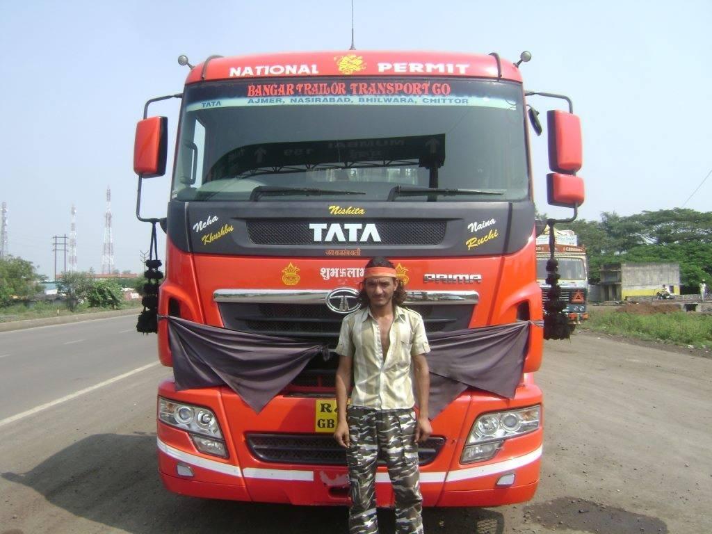 Tata-prima-chauffeur-geeft-een-pose-voor-foto-met-zijn-truck