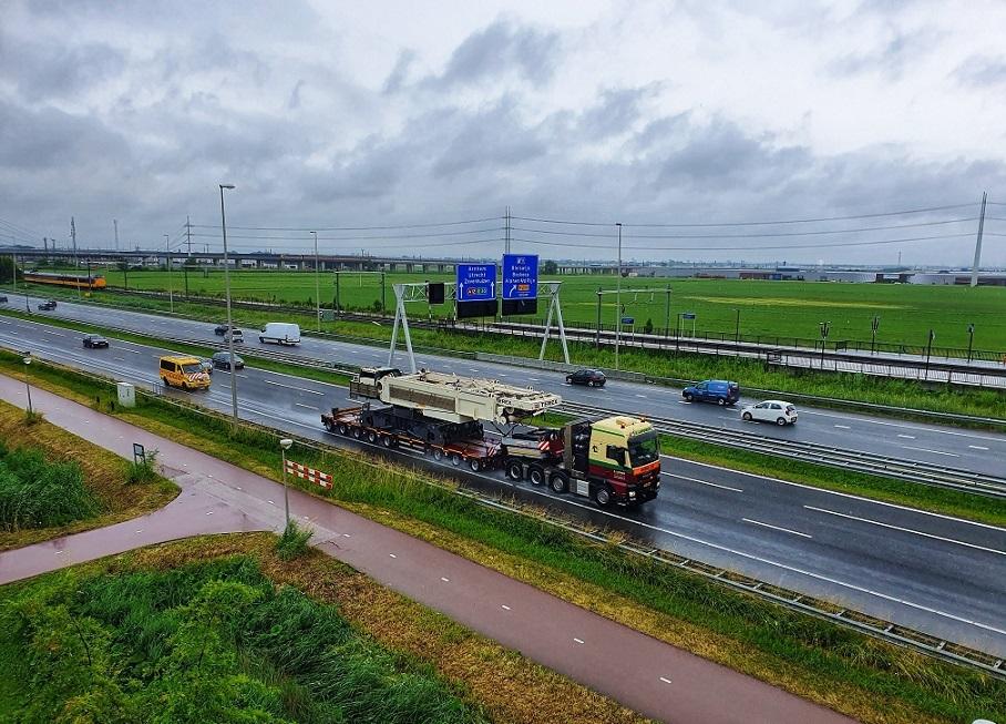 Man-tgx-41-640-8x4-met-SCHEUERLE-Fahrzeugfabrik-8-assige-moduletrailer-met-Terex-CC-33800-voor-Schotland--21-6-2021-(1)