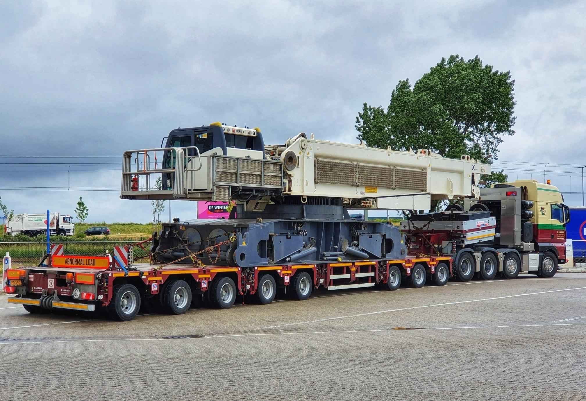 Man-tgx-41-640-8x4-met-SCHEUERLE-Fahrzeugfabrik-8-assige-moduletrailer-met-Terex-CC-33800-voor-Schotland--21-6-2021-(2)