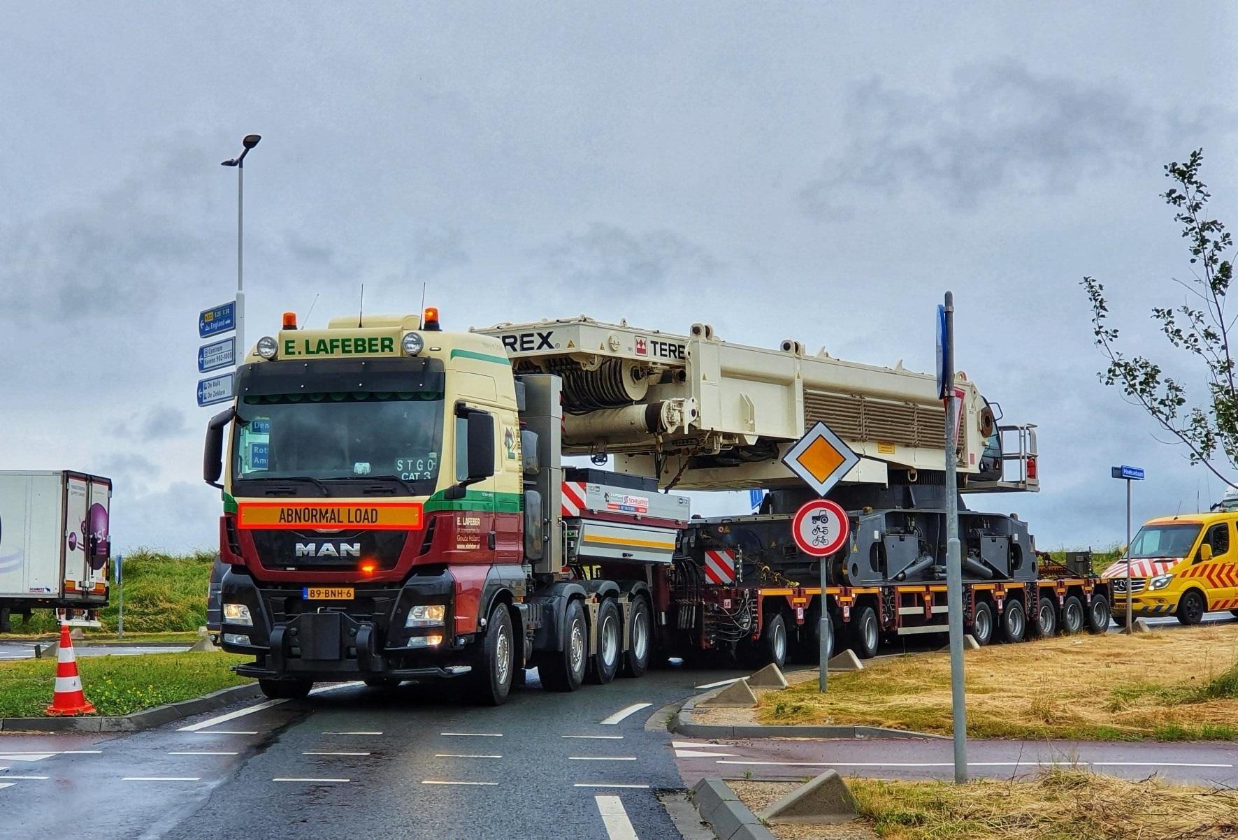 Man-tgx-41-640-8x4-met-SCHEUERLE-Fahrzeugfabrik-8-assige-moduletrailer-met-Terex-CC-33800-voor-Schotland--21-6-2021-(4)