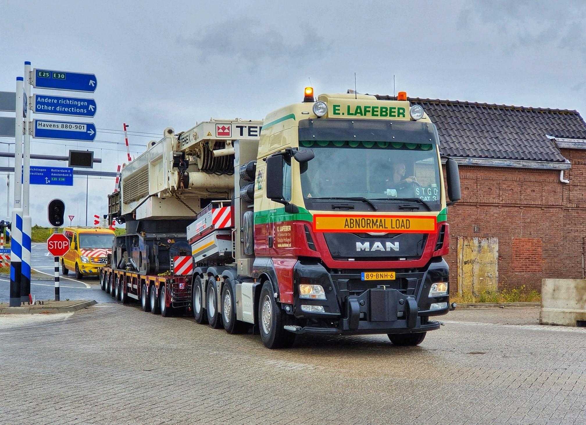 Man-tgx-41-640-8x4-met-SCHEUERLE-Fahrzeugfabrik-8-assige-moduletrailer-met-Terex-CC-33800-voor-Schotland--21-6-2021-(5)