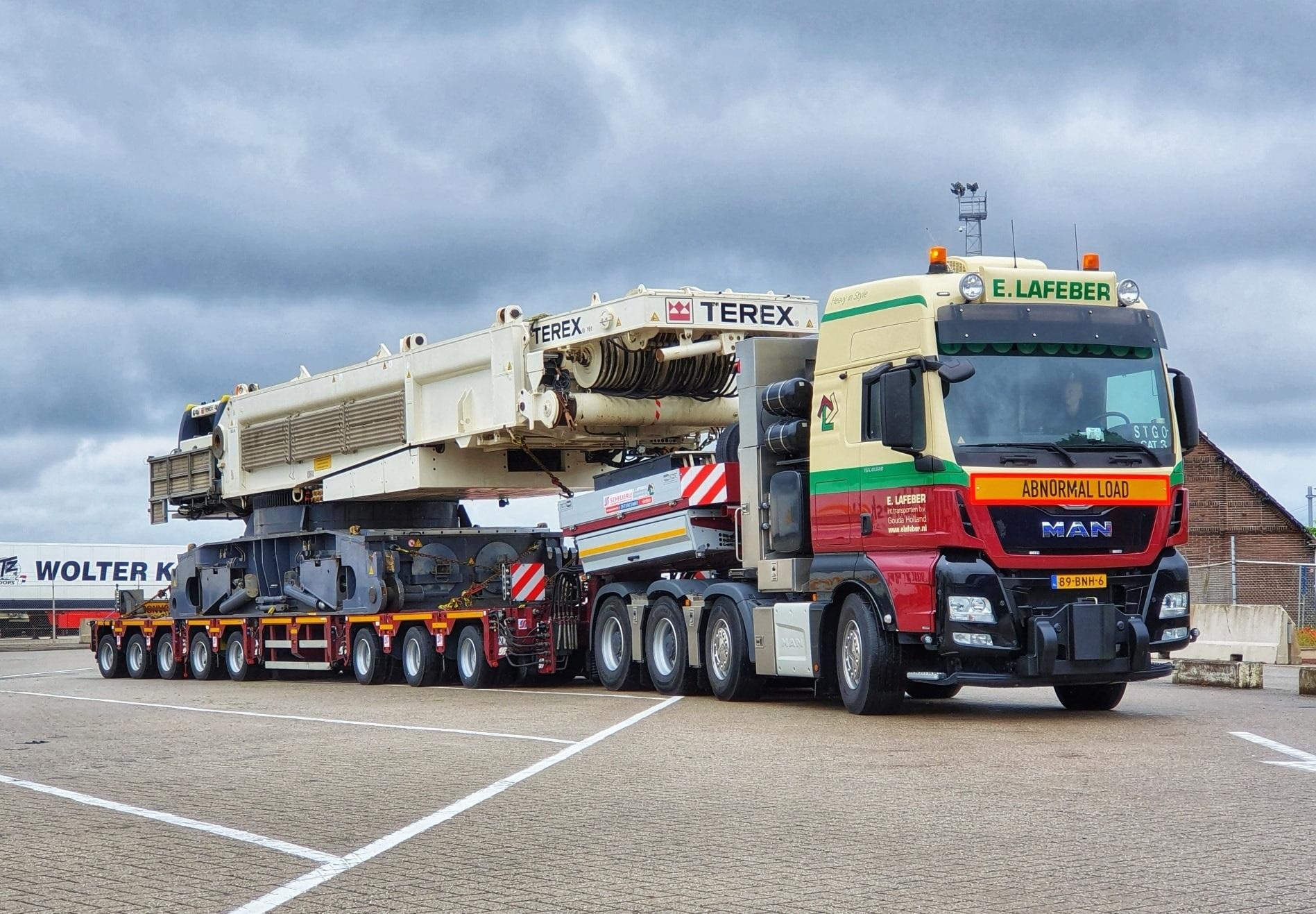 Man-tgx-41-640-8x4-met-SCHEUERLE-Fahrzeugfabrik-8-assige-moduletrailer-met-Terex-CC-33800-voor-Schotland--21-6-2021-(6)