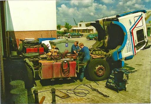 1989-ZF-EPS-versnellingsbak-vervangen-met-Frank-Denessen--archief-Naake-Houben[1]
