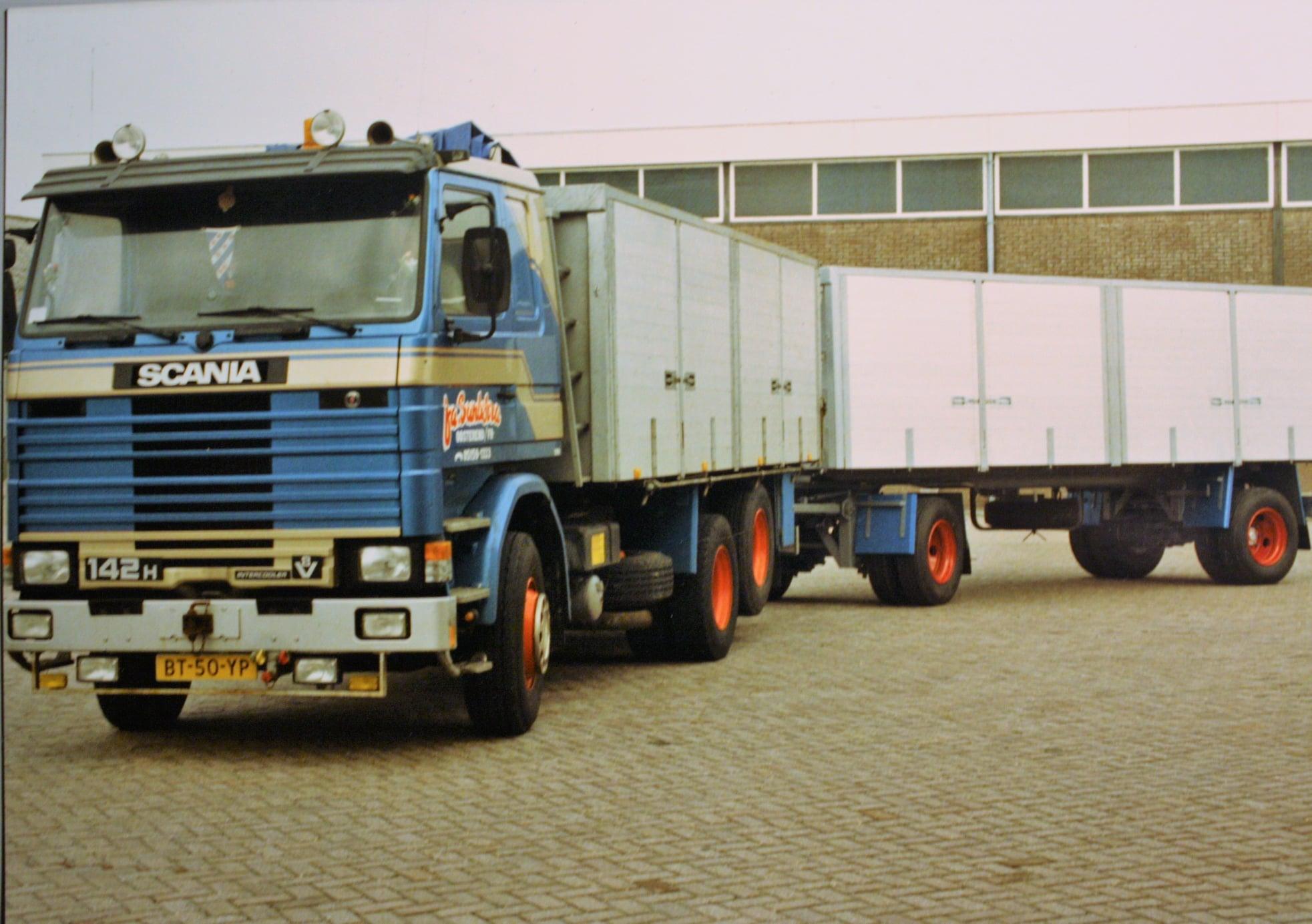 Scania--142-H-V8-met-een-aanhangwagen-door-Rondaan-in-Berlikum-opgebouwd-voor-Sandstra-(1)