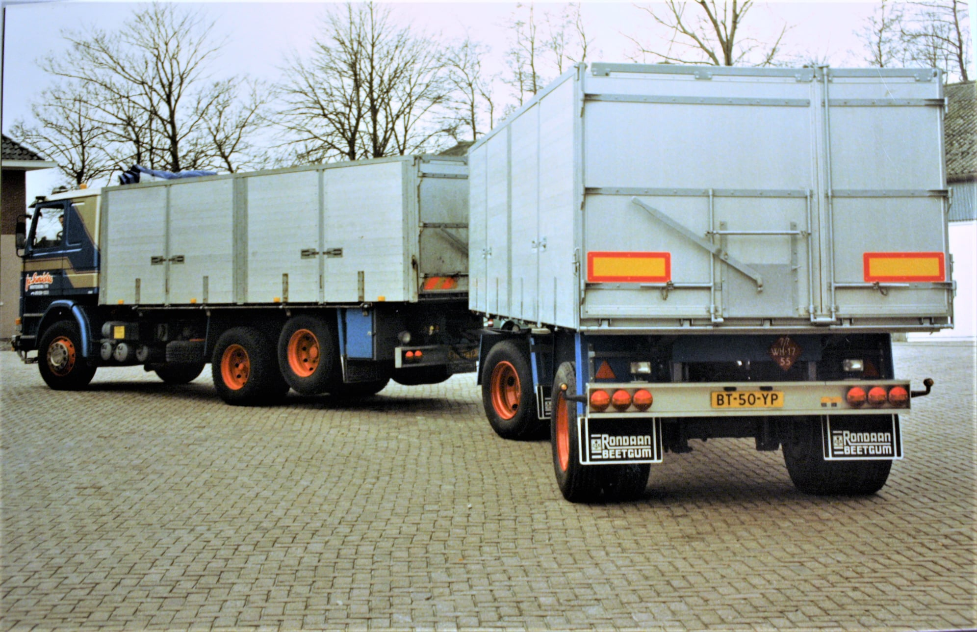 Scania--142-H-V8-met-een-aanhangwagen-door-Rondaan-in-Berlikum-opgebouwd-voor-Sandstra-(2)