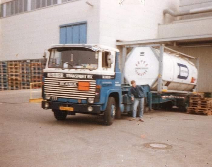 Roelof-Bloemen-Verf-lossen-bij-bierblikje-fabriek-in-DDR