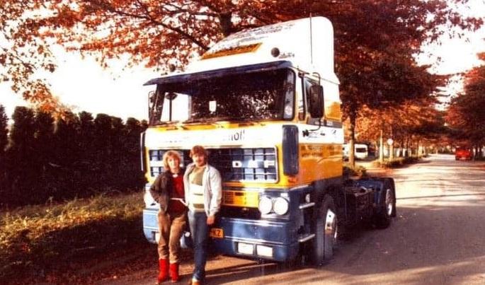 1985--op-de-klompen-en-met-snor-poseren-voor-de-nieuwe-auto---BK-99-KZ-Geert-Barents