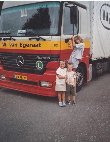 MB-82-mijn-laatste-wagen-bij-het-bedrijf-de-kinderen-gaan-nog-op-de-foto-Werner-Billau-(1)