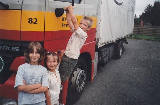 MB-82-mijn-laatste-wagen-bij-het-bedrijf-de-kinderen-gaan-nog-op-de-foto-Werner-Billau-(2)