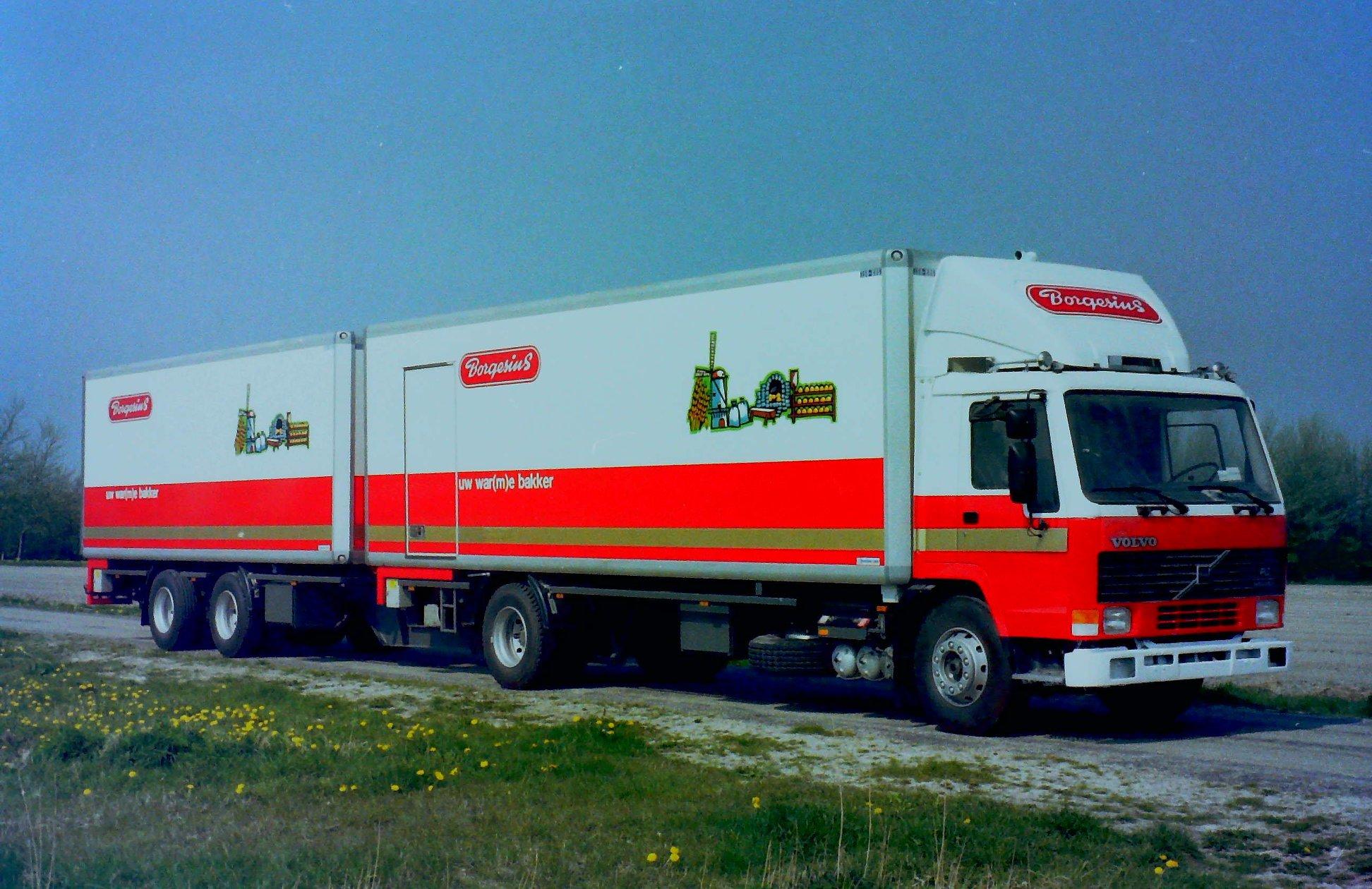 Volvo-combinatie-met-RAF-middenas-aanhangwagen-en-deze-Mitsubishi-zijn-ook-gebouwd-door-Rondaan-in-Berlikum-1