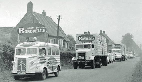 Bonduelle--in-de-tour-de-France-caravan-op-de-oude-weg-Hazebrouck--Steenvoorde-