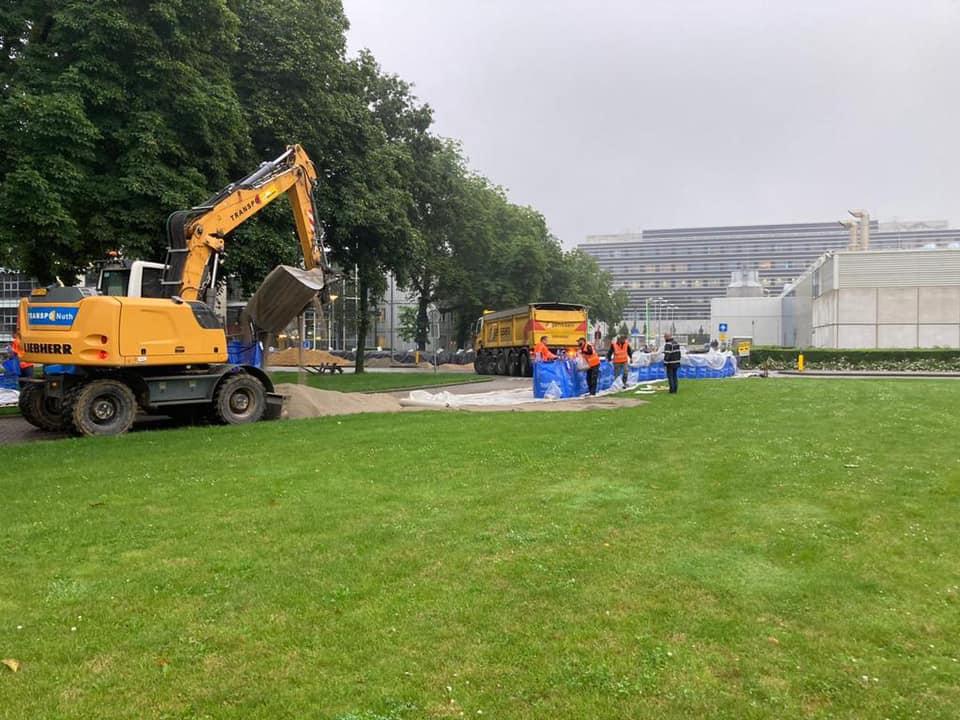 Zand-aanvoer-voorde-beveiliging-van-het-UMC-in-Maastricht--z-kunnen-gevuld-worden-15-7-2021-(3)