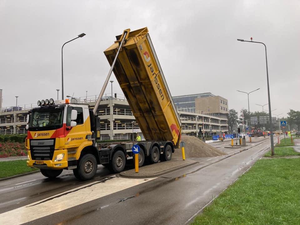 Zand-aanvoer-voorde-beveiliging-van-het-UMC-in-Maastricht--z-kunnen-gevuld-worden-15-7-2021-(4)