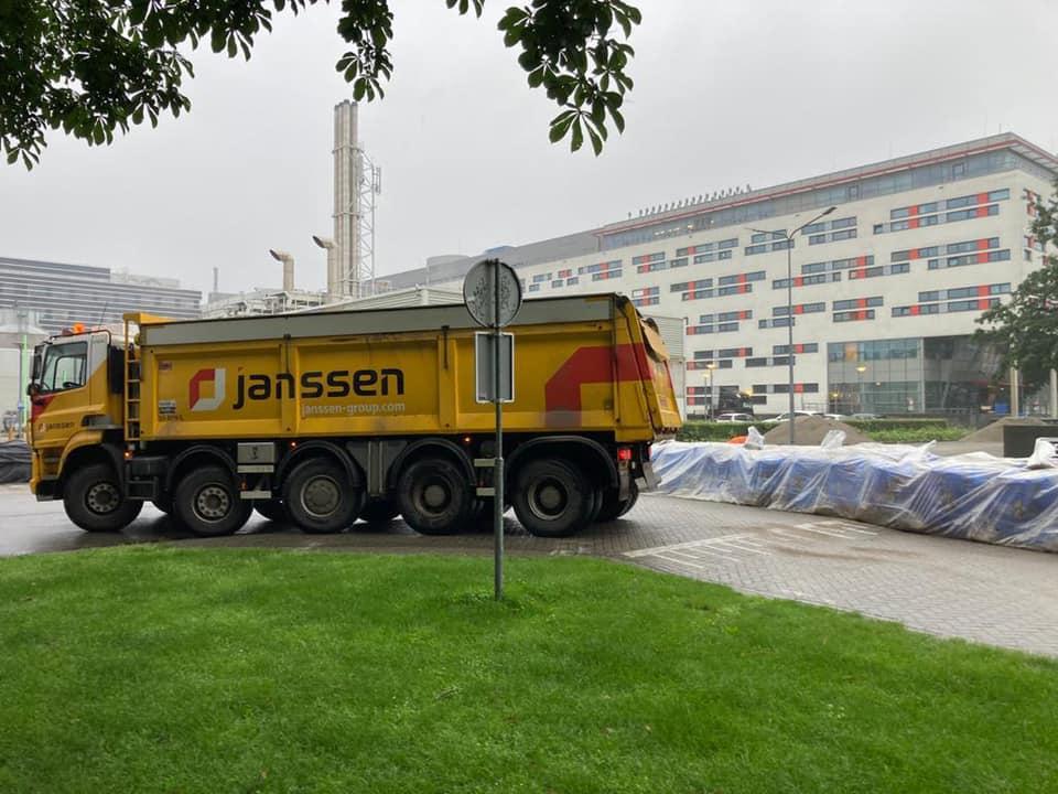 Zand-aanvoer-voorde-beveiliging-van-het-UMC-in-Maastricht--z-kunnen-gevuld-worden-15-7-2021-(5)