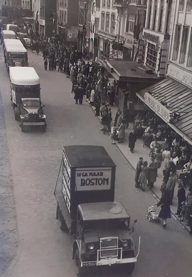 Omgebouwde-trucks-door-de-marschal-hulp-na-1945--(1)