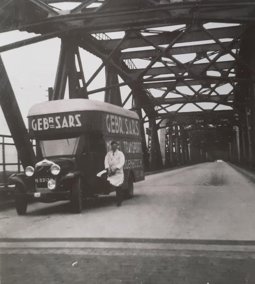Omgebouwde-trucks-door-de-marschal-hulp-na-1945--(10)