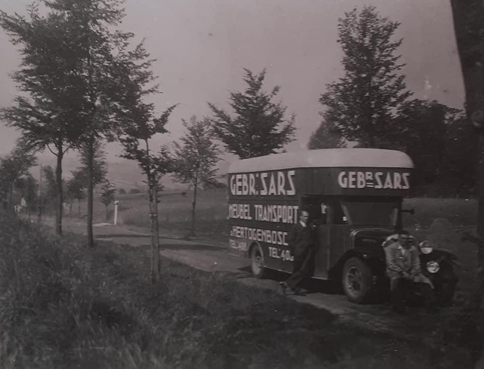 Omgebouwde-trucks-door-de-marschal-hulp-na-1945--(3)