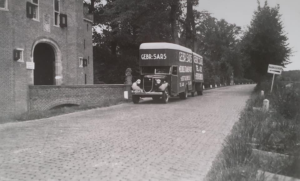Omgebouwde-trucks-door-de-marschal-hulp-na-1945--(9)
