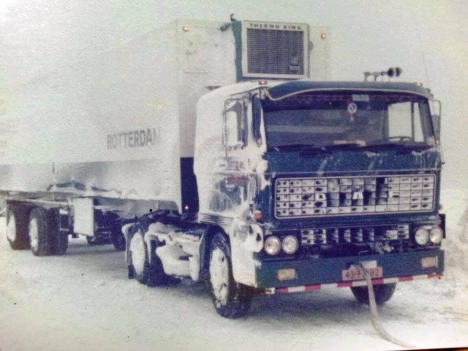 Daf-2800---Chauffeur-Toon-v-d--Woude-het-was-net-buiten-Bolsward-winter-1979-rechterkant-was-volledig-ingesneeuwd-4-meter-hoog-kon-niet-op-eigen-kracht-los-komen-werd-door-een-shovel-los-getr