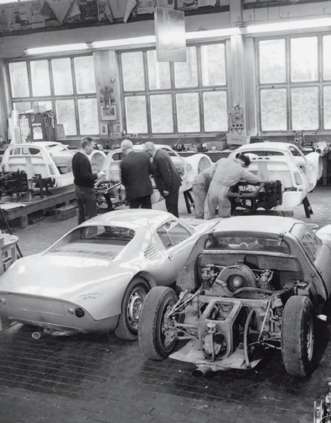 Porsche-racewagens-werkplaatst-1964-met-een-GTS-die-een-motor-krijgt