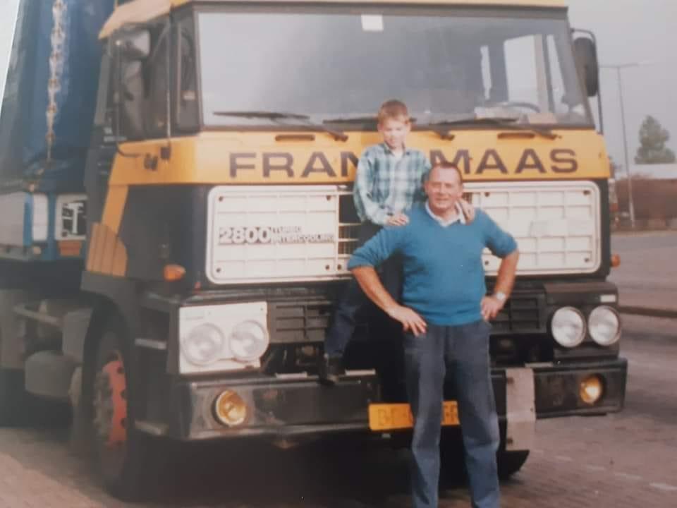 Ik-Ronnie-Van-Der-Veen--en-mijn-opa-Stoffer-Schipsema--Ongeveer-30-jaar-geleden--Mijn-eerste-rit-in-een-vrachtwagen