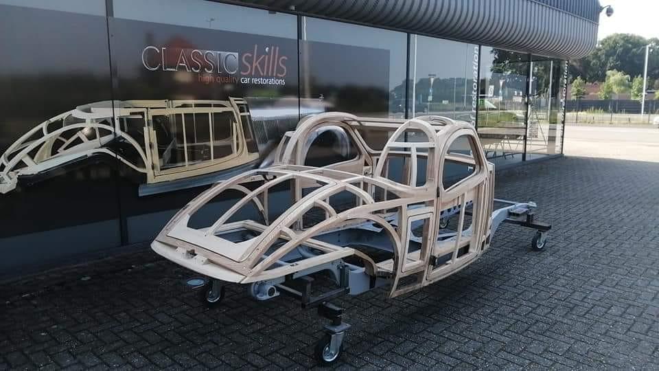 Bugatti-Dit-is-een-gerestaureerd-houten-frame