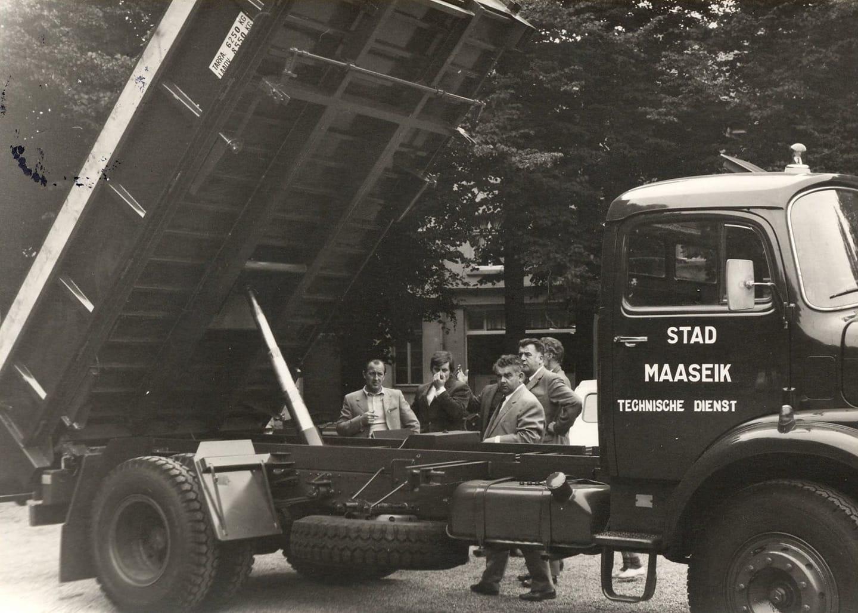 Mercedes-Kipper-voor-de-stad-Maaseik-geleverd-door-garage-Raedschelders-Maaseik