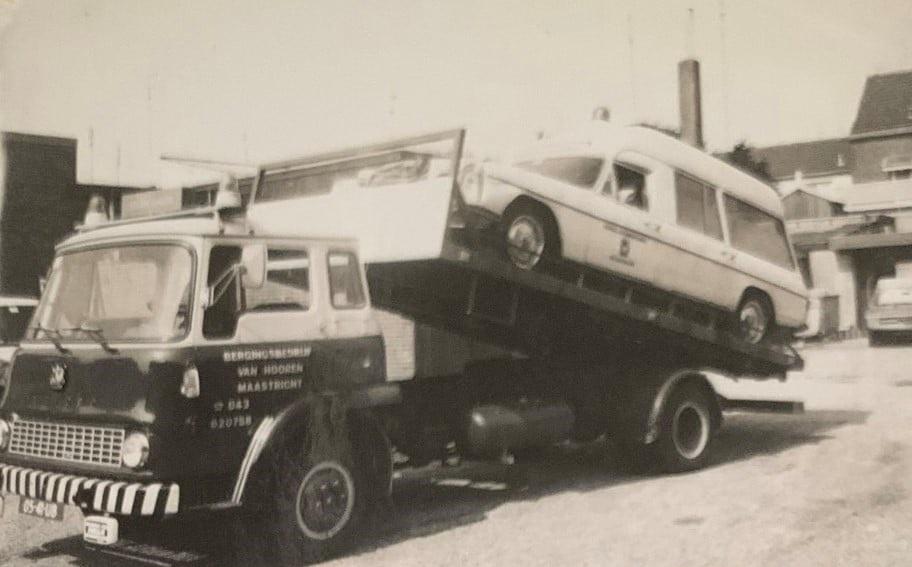 Bedford-met-gestrande-ziekenwagen