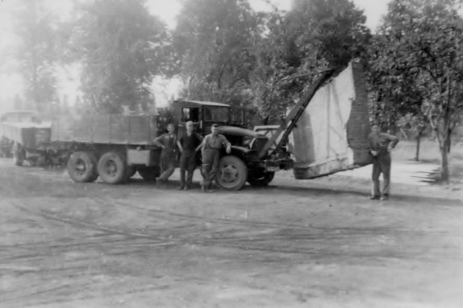 eerste-vrachtwagen-1951-opa-is-een-stuk-schuur-aan-het-verplaatsen--Pim-Ewals-archief