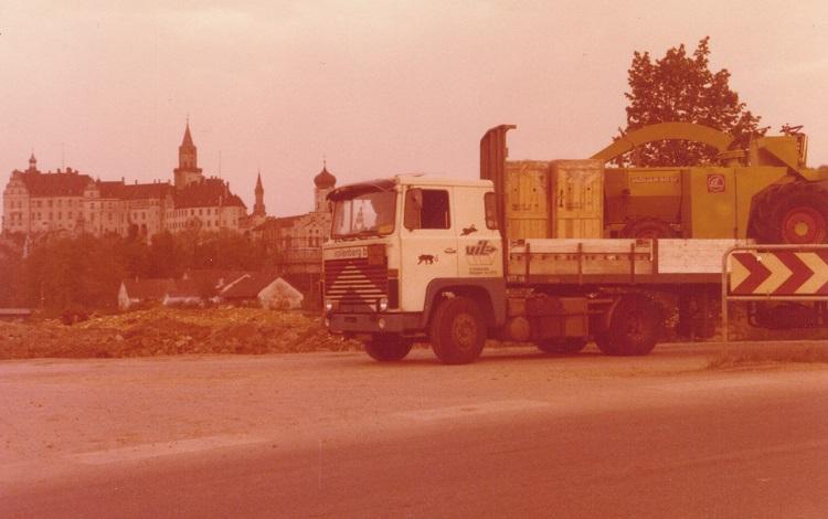 Harry-Claassen--Claas-machine-geladen-in-Bad-Saulgau--tussenstop-in-Sigmaringen-met-kasteel-op-de-achtergrond-(1)