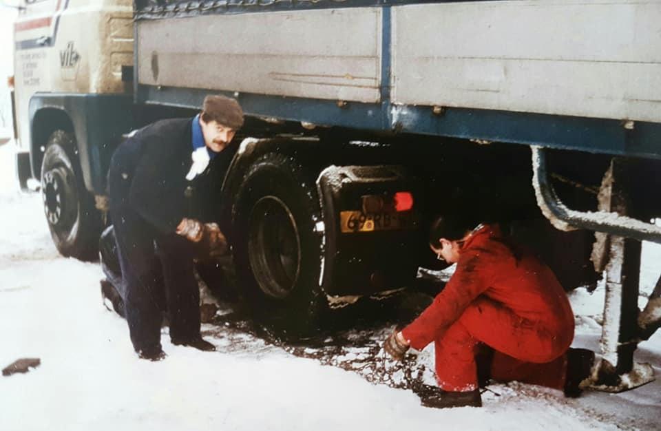 Jos-Janssen-Sneeuwkettingen-leggen-in-Jugoslavie-en-kouw-vingers