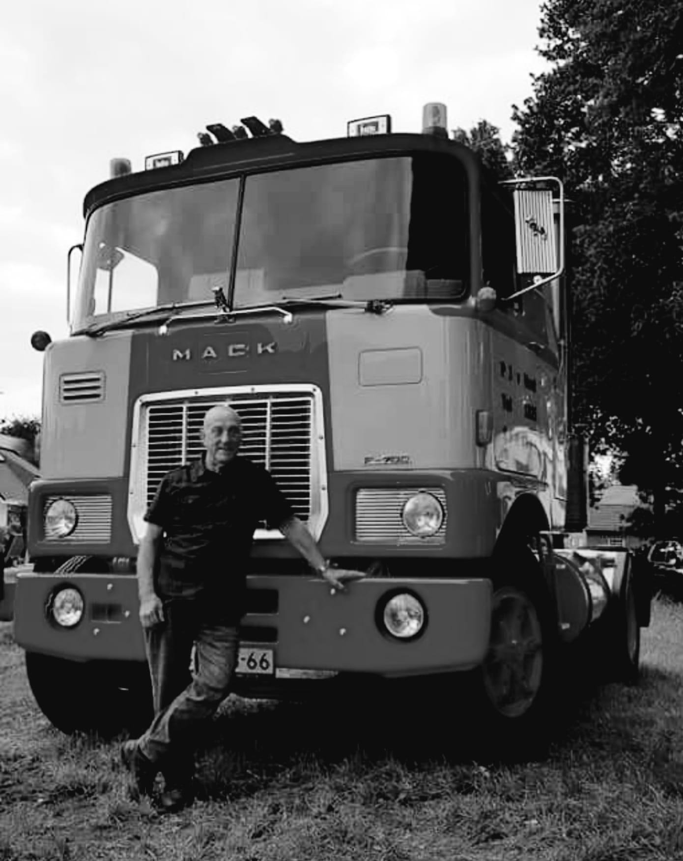 Mack-F700--48-MB-66-met-de-chauffeur-van-toen-Chauffeur-Romkens