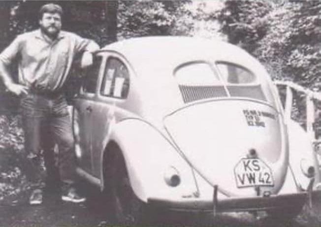 VW-gekocht-in-1942-en-nu-nog-de-zelfde-eigenaar-de-oudste-VW-die-nog-normaal-aan-het-verkeer-deelneemt--(1)