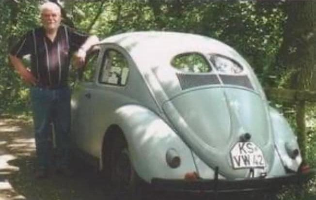 VW-gekocht-in-1942-en-nu-nog-de-zelfde-eigenaar-de-oudste-VW-die-nog-normaal-aan-het-verkeer-deelneemt--(2)