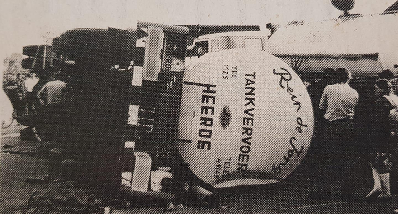 Scania---Cees-van-de-Berg-op-zijn-kant-op-de-parkeerplaats--met-de-auto-van-zijn-vader