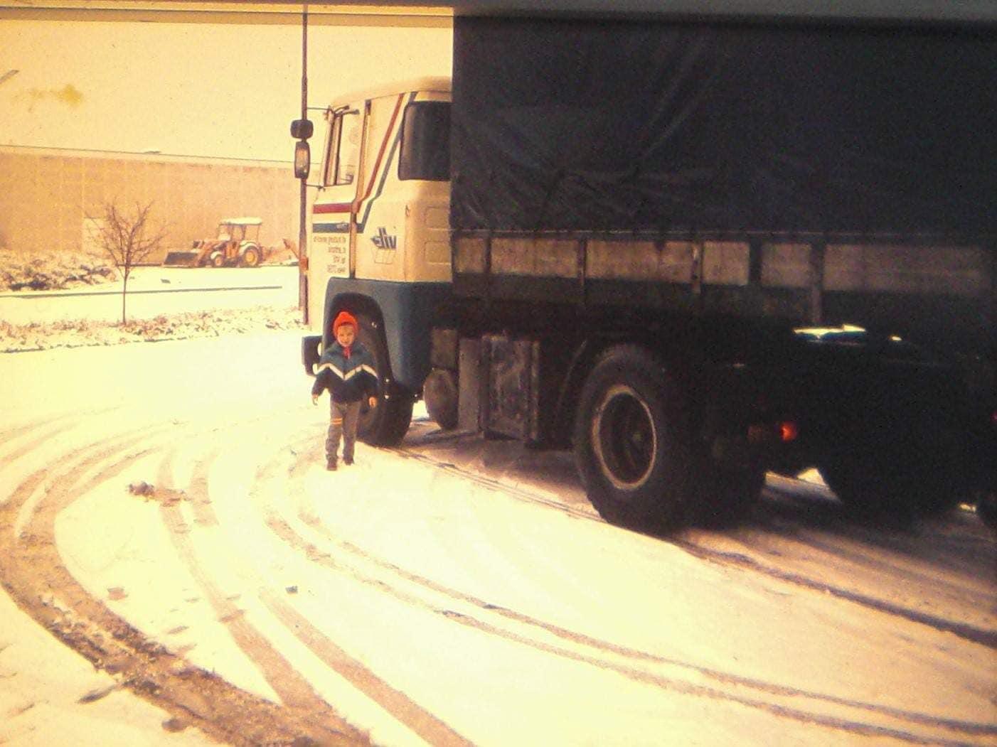 Jos-Janssen--Herman-de-Bruin-zijn-auto-met-nertsvellen-in-Denemarken-met-Doortje-en-onze-Johnny-Hartje-winter-1982