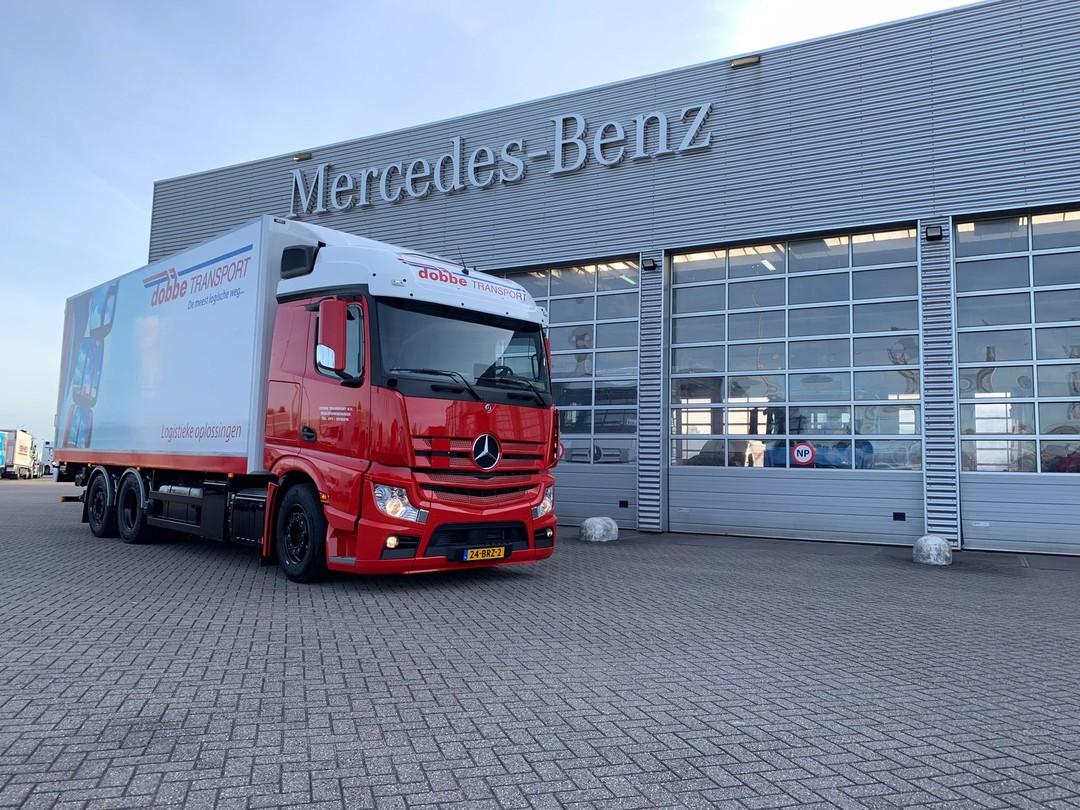 De-eerste-in-Nederland-Actros-F-6X2-met-drie-treden-en-geschikt-voor-alles-te-trekken--21-9-2021-chauffeur-Sander-(2)