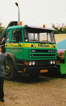 De-daf-van-Hub-staat-nast-de-touringcar-van-Thijssen-met-Pie-Janssen-als-chauffeur