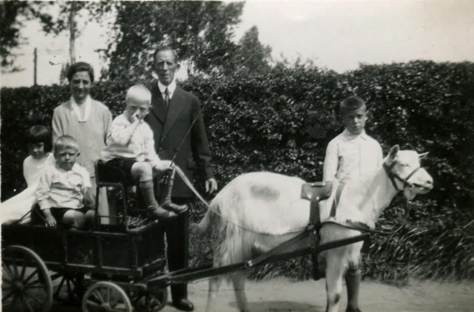 1932-Fam--Hensen--Borgharen--met-de-bokkenwagen-Fam-Hensen-Wijnds---Sjaak-Kees-Maria-Sjo