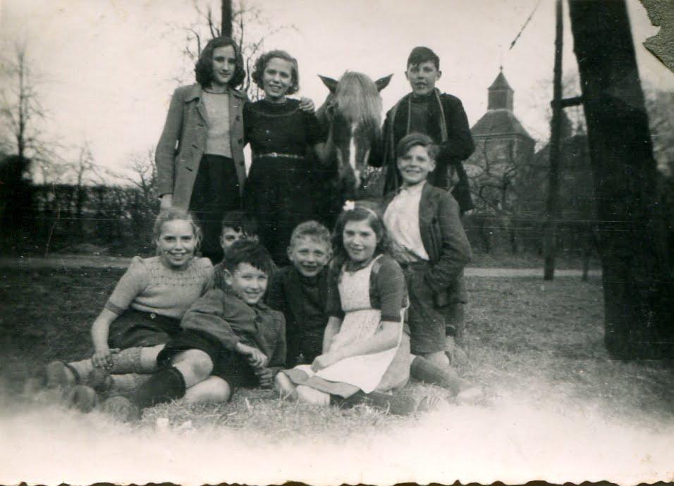 1946-Fam-Hensen-en-de-buurt-kinderen-en-het-kostbare-bezit-Het-Paard-Borgharen