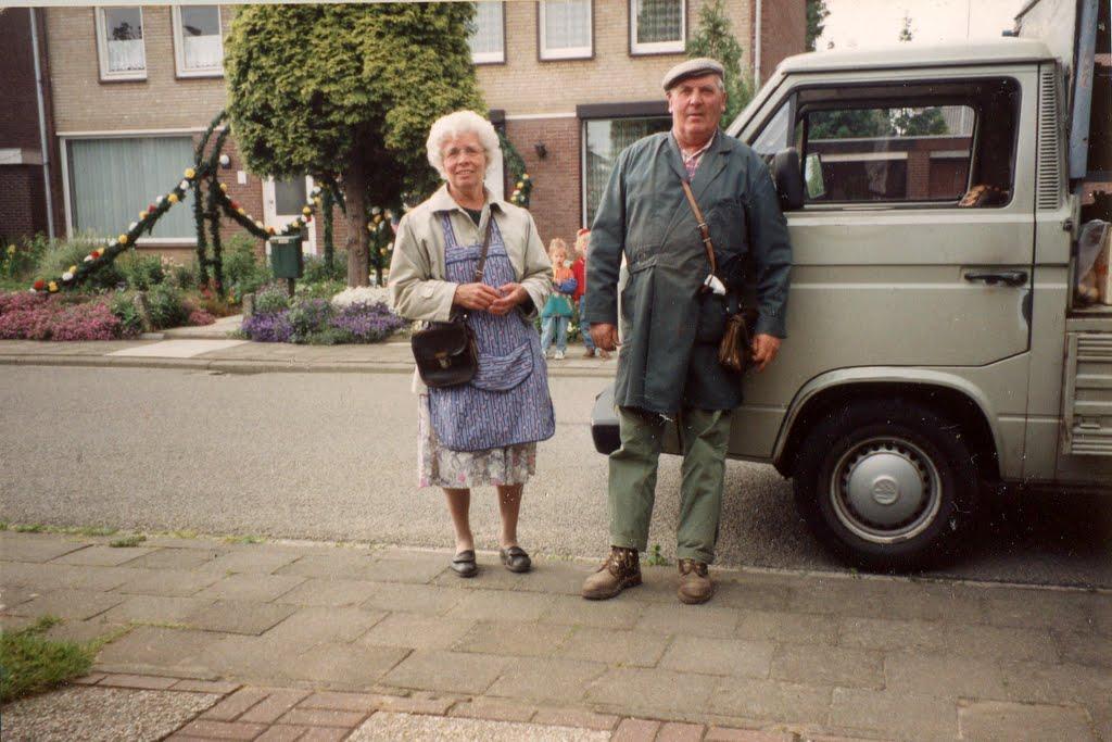 Sjo-en-Fien-Henssen-Borgharen-trots-voorde-nieuwe-wagen