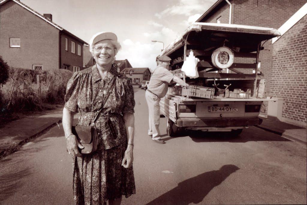 Sjo-en-Fien-met-de-bezorgwagen