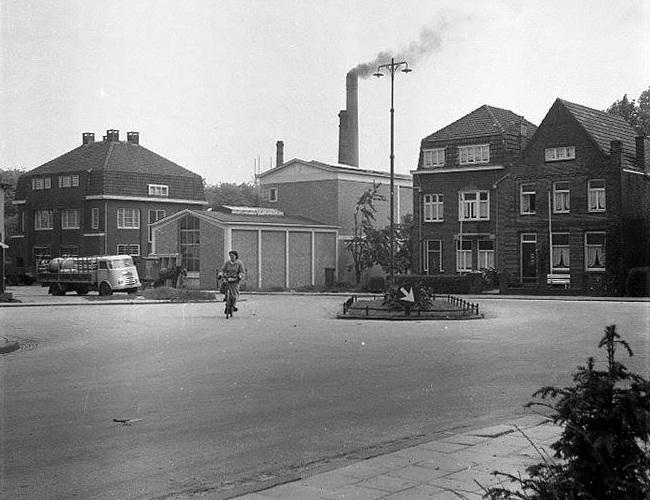 Melkfabriek-op-volle-toeren-gelet-op-de-schoorsteen--1955