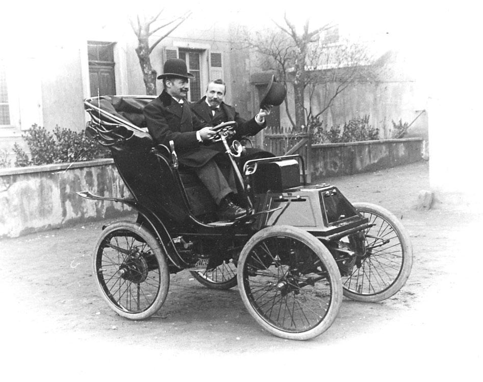 1899-Luc-Court-saluant-dans-sa-Victoria-