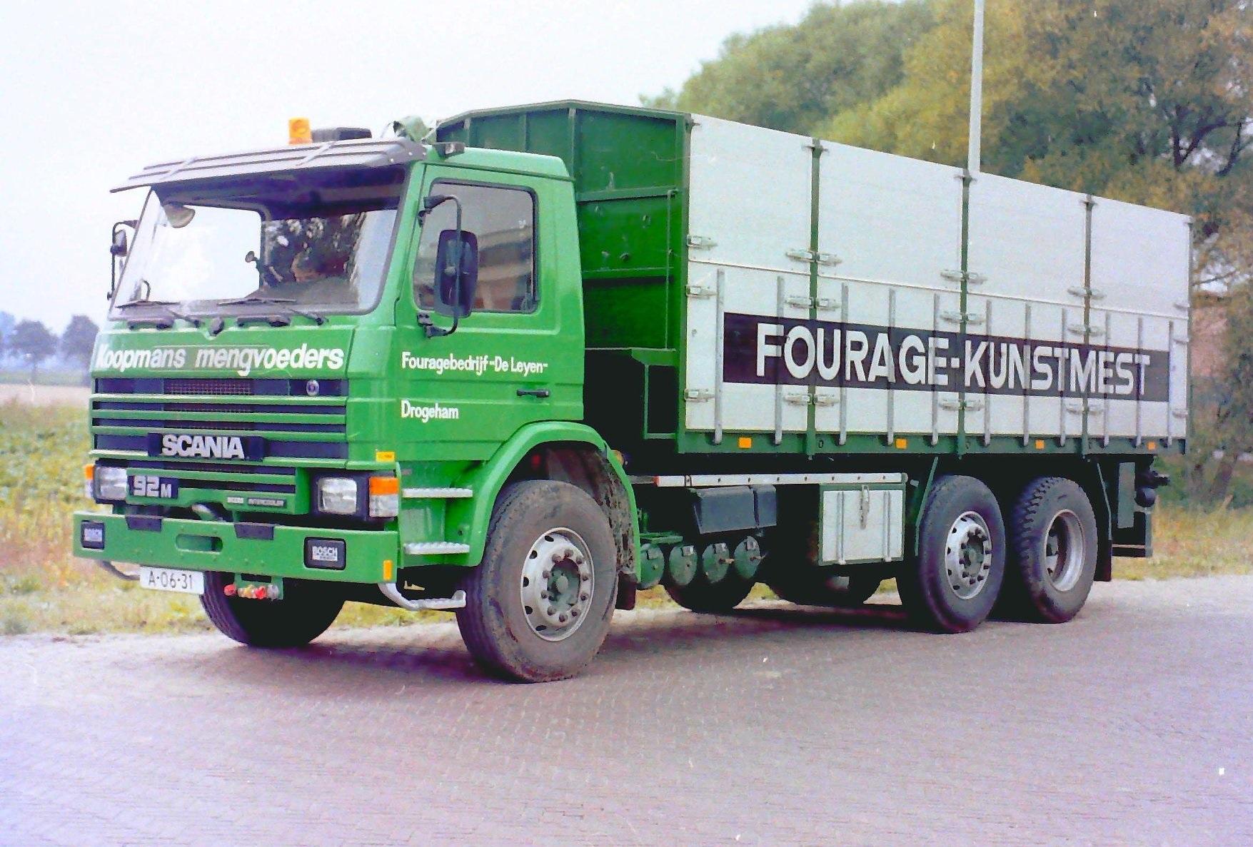 Deze-bulkauto-is-gebouwd-door-Rondaan-voor-Fouragebedrijf-De-Leyen-uit-Drogeham-rijdend-voor-Koopmans--1