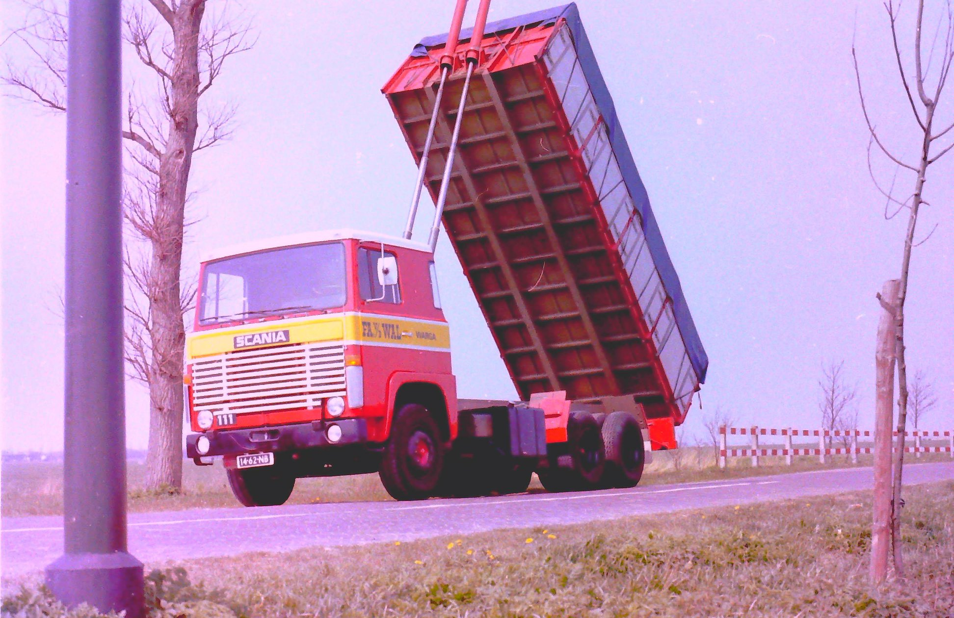 Deze-kipauto-is-gebouwd-door-Rondaan-voor-Van-Der-Wal-uit-Warga-2