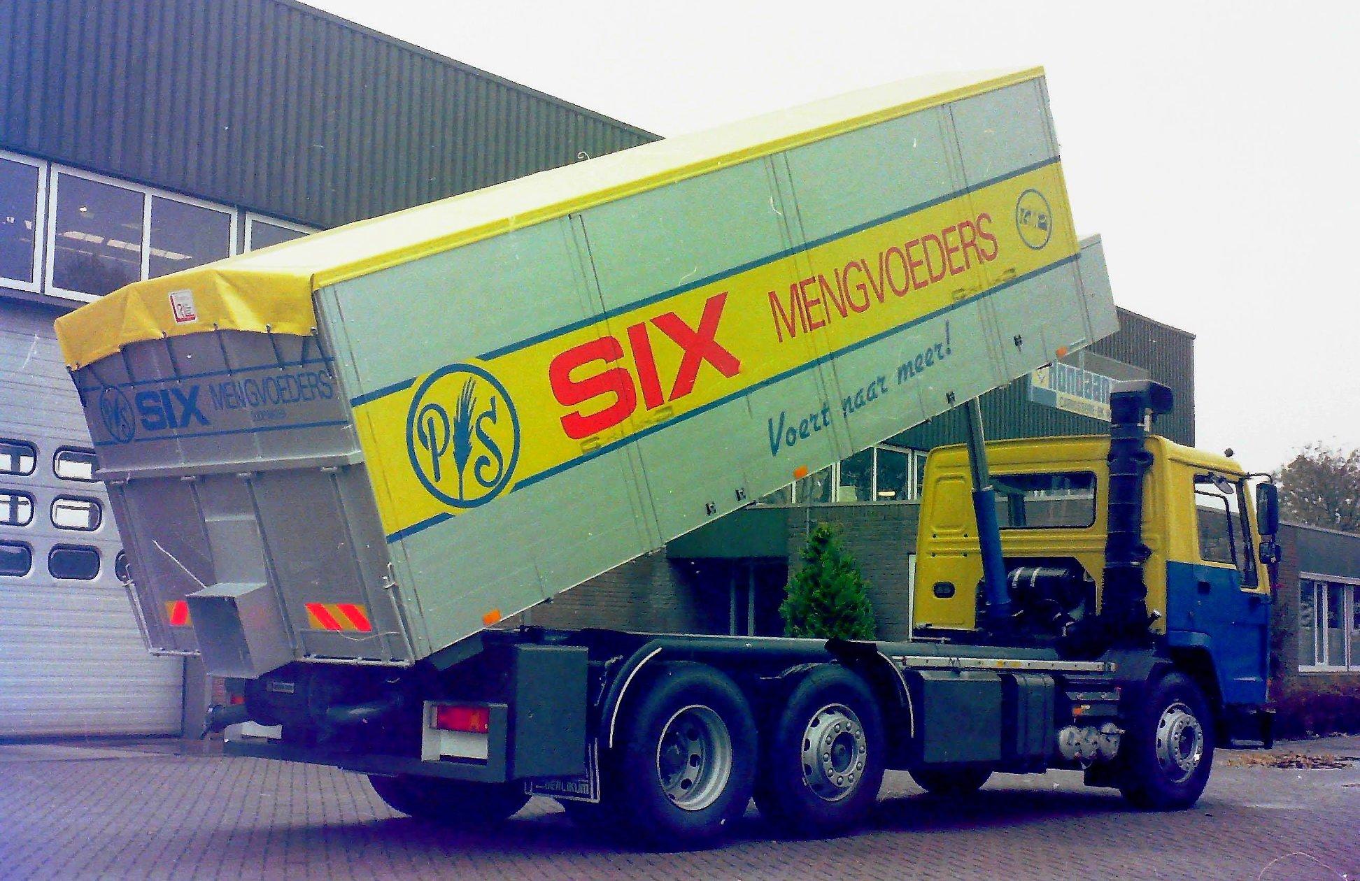 Deze-bulkauto-is-door-Rondaan-opgebouwd-voor-SIX-mengvoeders-2