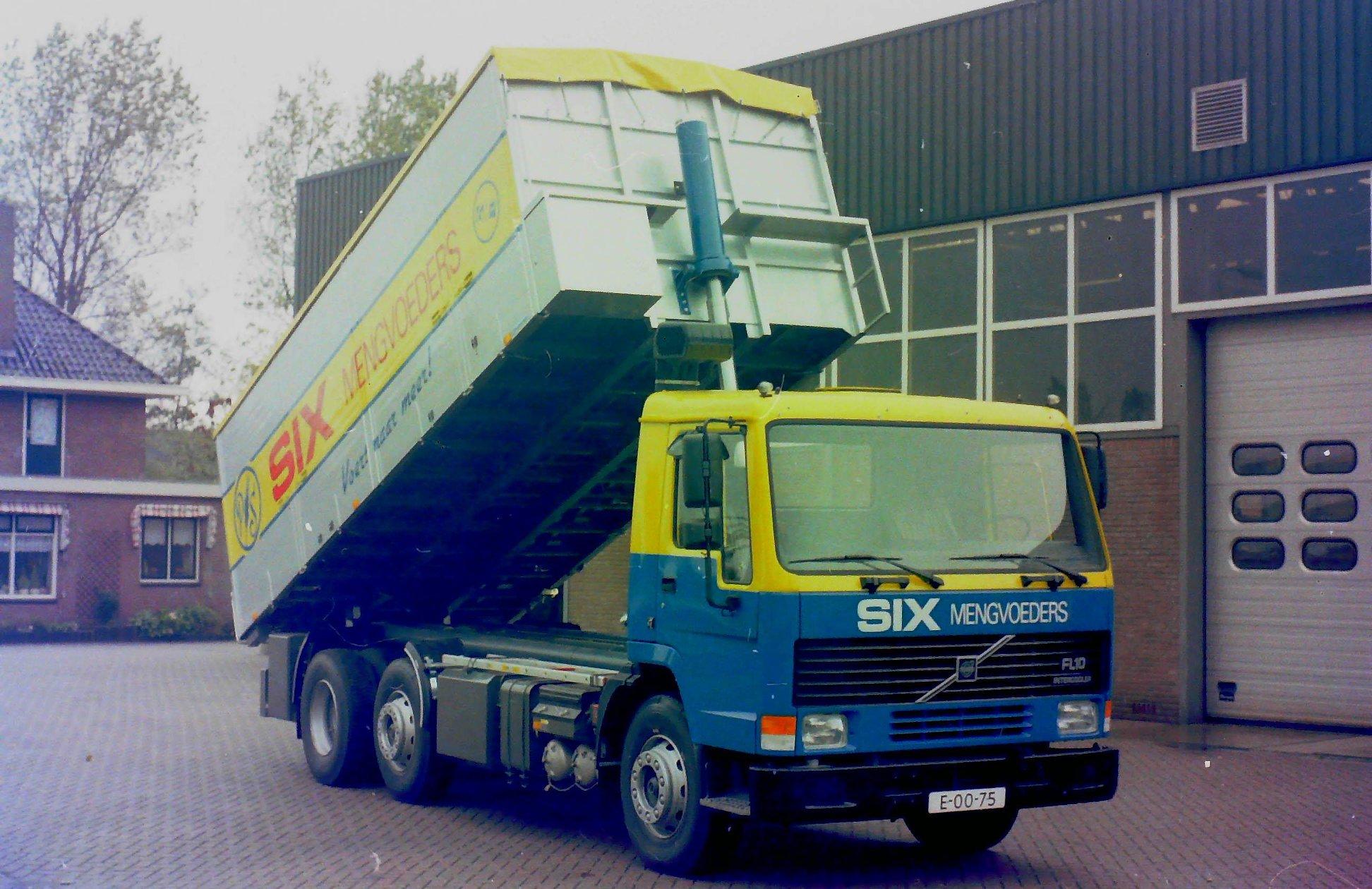 Deze-bulkauto-is-door-Rondaan-opgebouwd-voor-SIX-mengvoeders-4