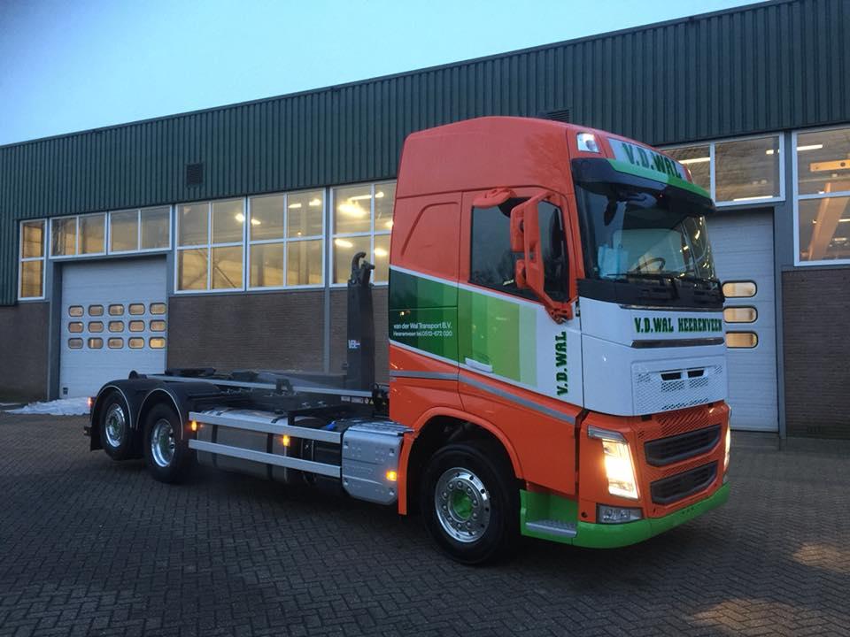 de-2e-Volvo-met-VDL-haakarmsysteem-gereed-voor-Van-der-Wal-transport-uit-Heerenveen-9-1-2018-1