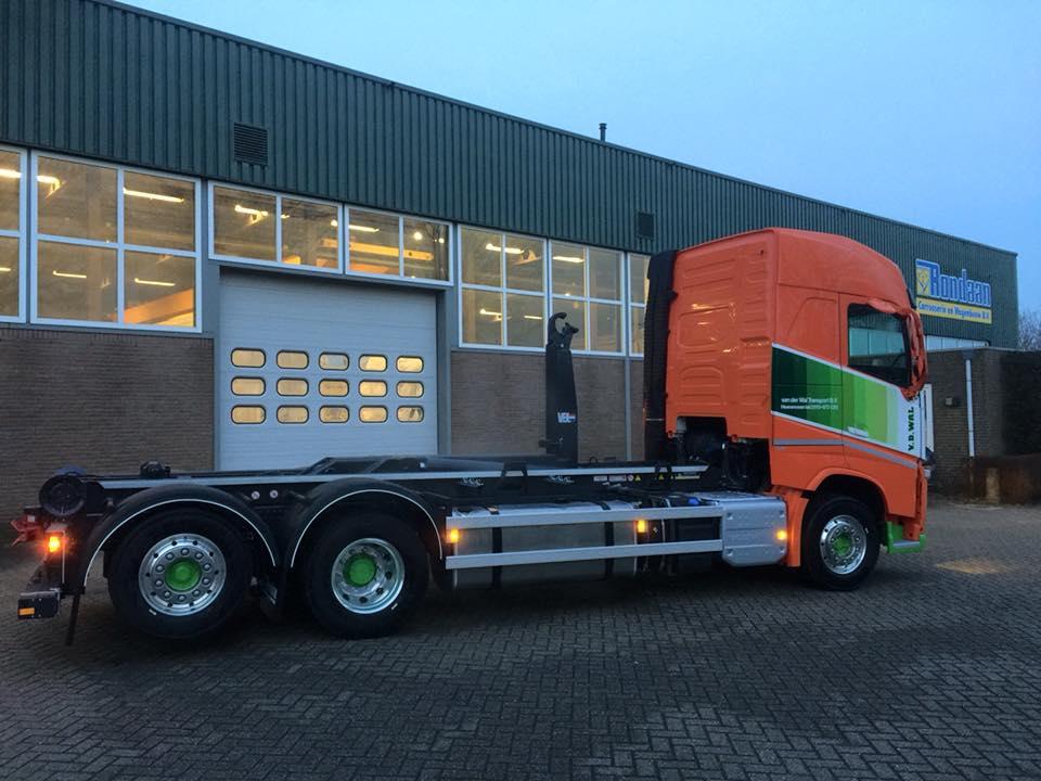 de-2e-Volvo-met-VDL-haakarmsysteem-gereed-voor-Van-der-Wal-transport-uit-Heerenveen-9-1-2018-2